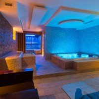 Forever Summer Resort detaliază piscina interioară